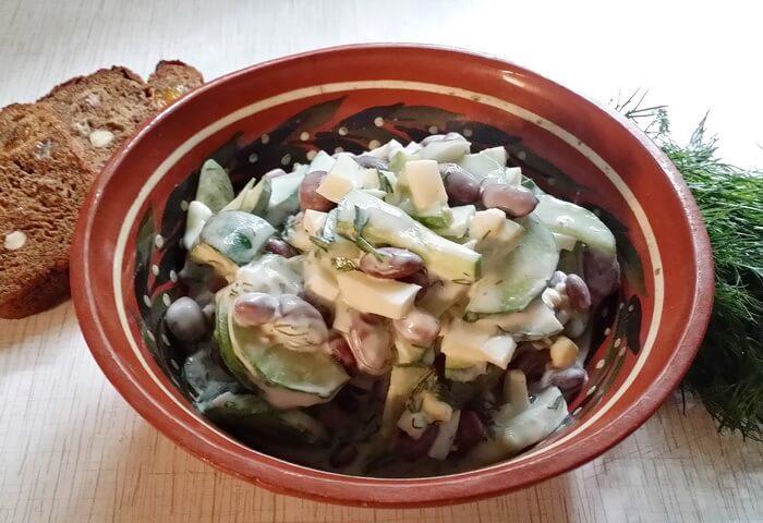 Салат с фасолью, свежим огурцом и яйцом