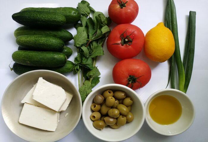 Ингредиенты для салата с фетой, помидорами и огурцами