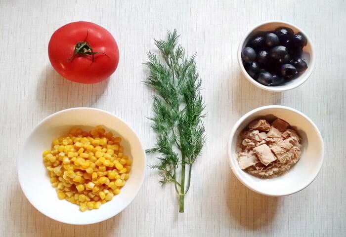 Ингредиенты для салата с тунцом, кукурузой и помидорами