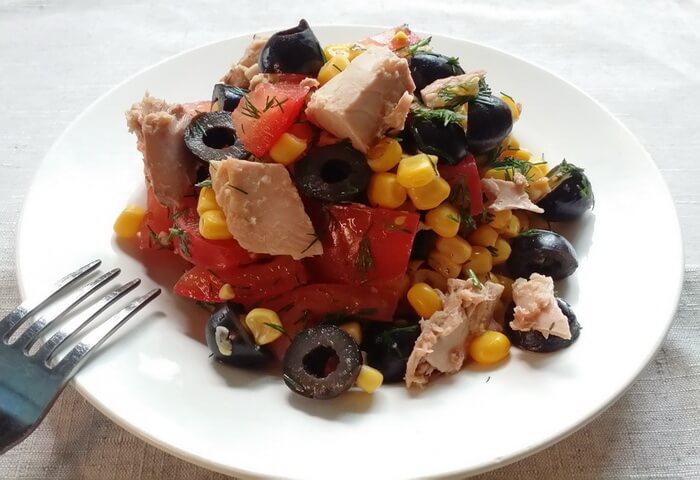 Салат с тунцом, кукурузой и помидорами