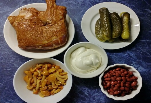 Ингредиенты для салата с копченым окорочком и фасолью