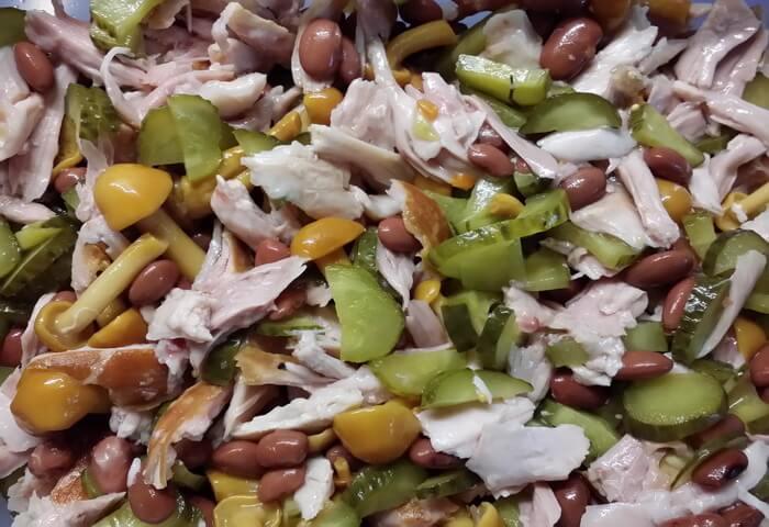 Салат с копченым окорочком и фасолью