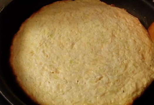 Готовый омлет из кабачков с сыром и яйцами на сковороде