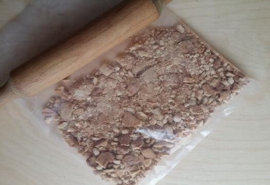 Можно измельчить печенье скалкой в пакете