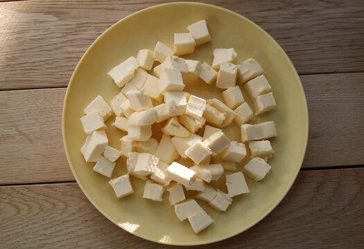 Нарезанное масло для галеты со сливами
