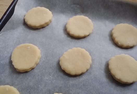 Печенье из детского творожка перед выпечкой