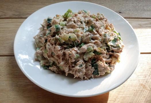 Заправленный майонезом салат с тунцом и сельдереем