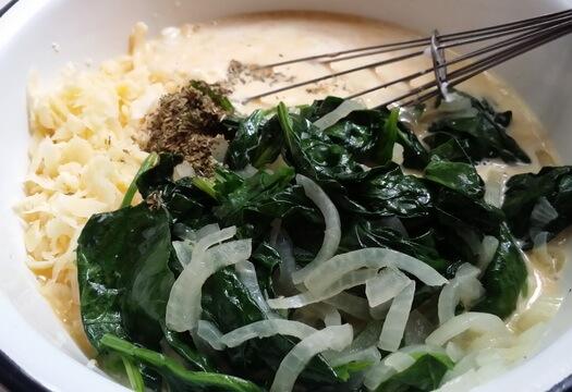 Смесь для омлета со шпинатом на сковороде