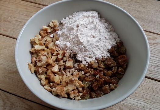 Изюм и грецкий орех с мукой для морковного пирога