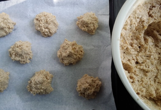 Печенье из овсяных хлопьев и банана перед выпечкой