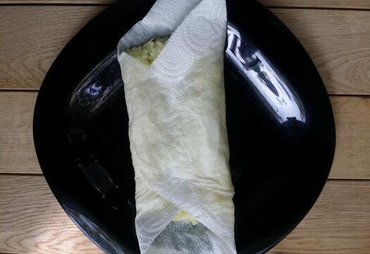 Удаляем лишнюю жидкость из кабачков с помощью бумажных полотенец