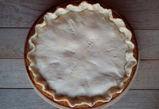 Пирог с индейкой из слоеного теста перед выпечкой в духовке