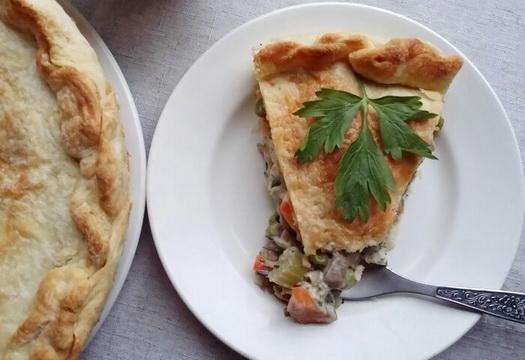 Пирог с индейкой из слоеного теста с овощами