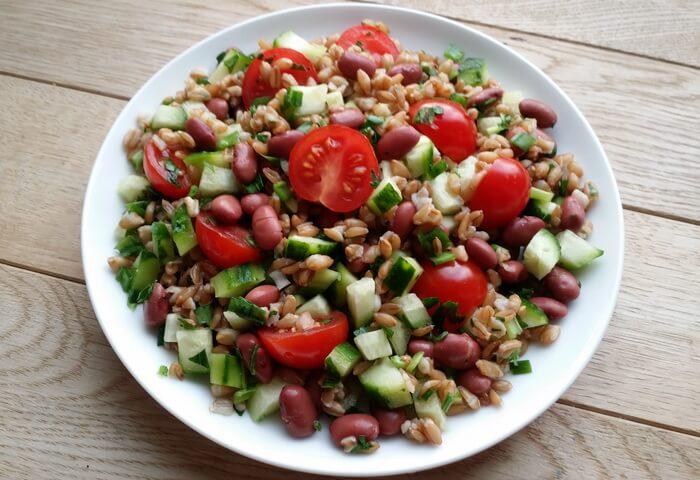 Салат с полбой и овощами
