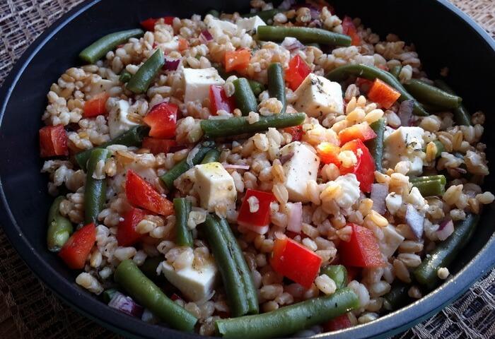 Салат из полбы, стручковой фасоли и брынзы