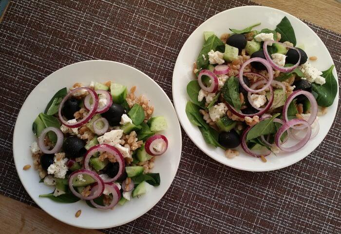 Салат с полбой, огурцом, маслинами и брынзой
