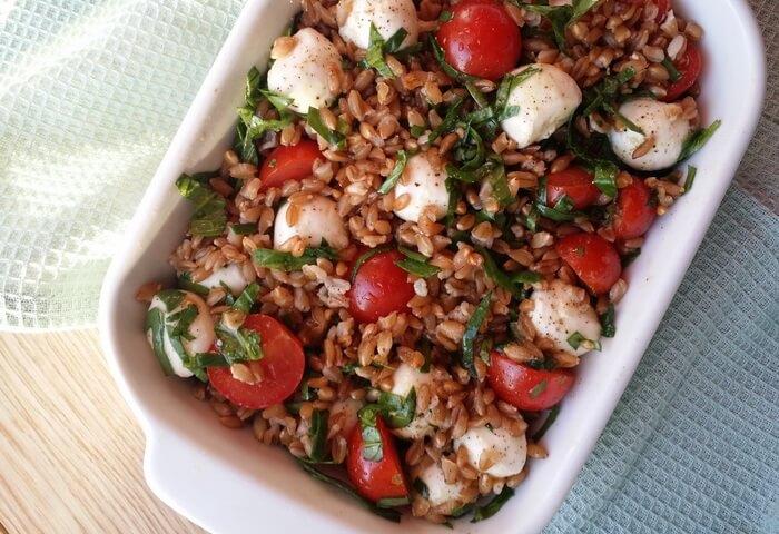Салат с полбой и помидорами и моцареллой (фарро капрезе)
