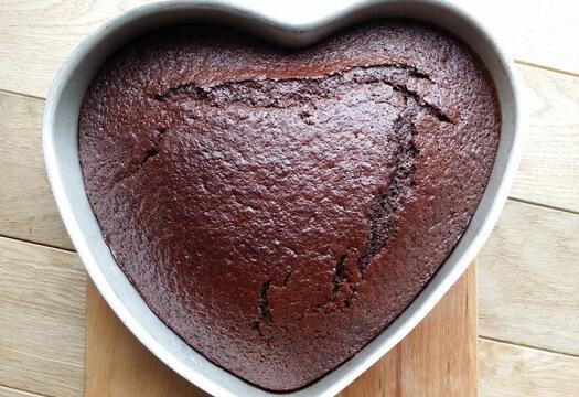 Выпеченный корж-сердце для шоколадного торта