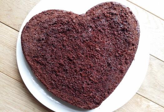 Корж для шоколадного торта в форме сердца со срезанной корочкой