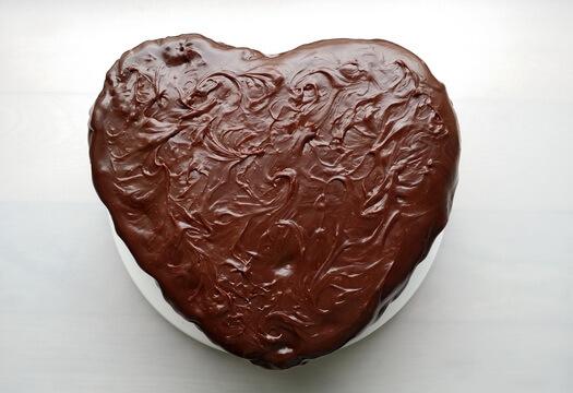 Торт в форме сердца в шоколадной глазури