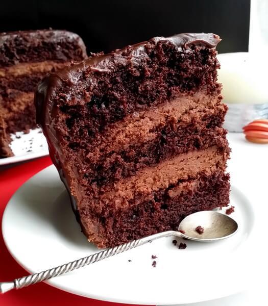 Кусок шоколадного торта с кремом чиз