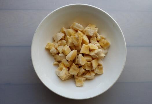 Нарезанные бананы для манника на кефире без муки