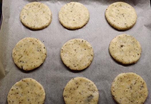 Печенье с солеными огурцами перед выпечкой