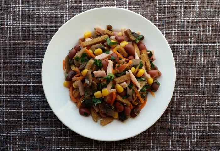 Салат с ветчиной, кукурузой, фасолью, сухариками и морковью по-корейски