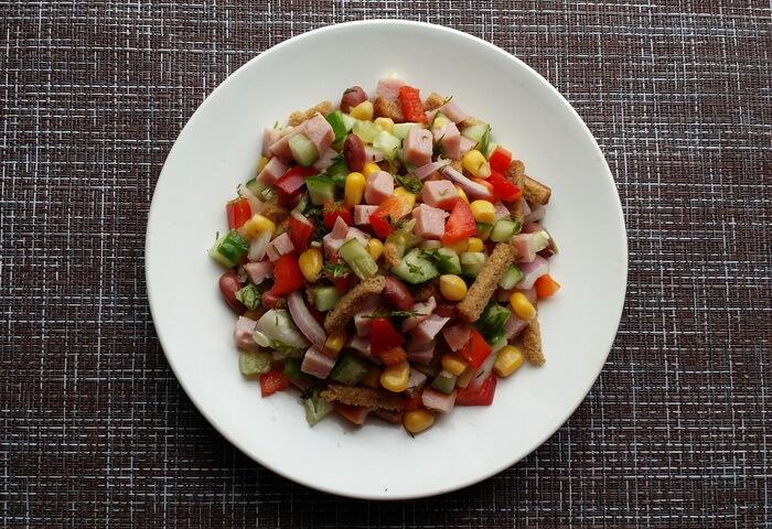 Салат с ветчиной, кукурузой, фасолью, сухариками, перцем и огурцом