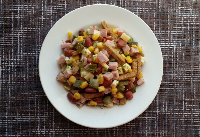 Салат с ветчиной, кукурузой, фасолью, сухариками и сыром