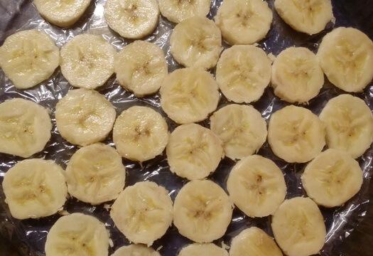 Бананы на дне формы для манника-перевертыша с бананом на кефире