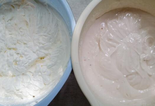 Взбитые сливки и творожный сыр с йогуртом для чизкейка с клубникой