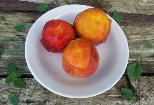 Снять кожицу с персиков после бланширования очень легко